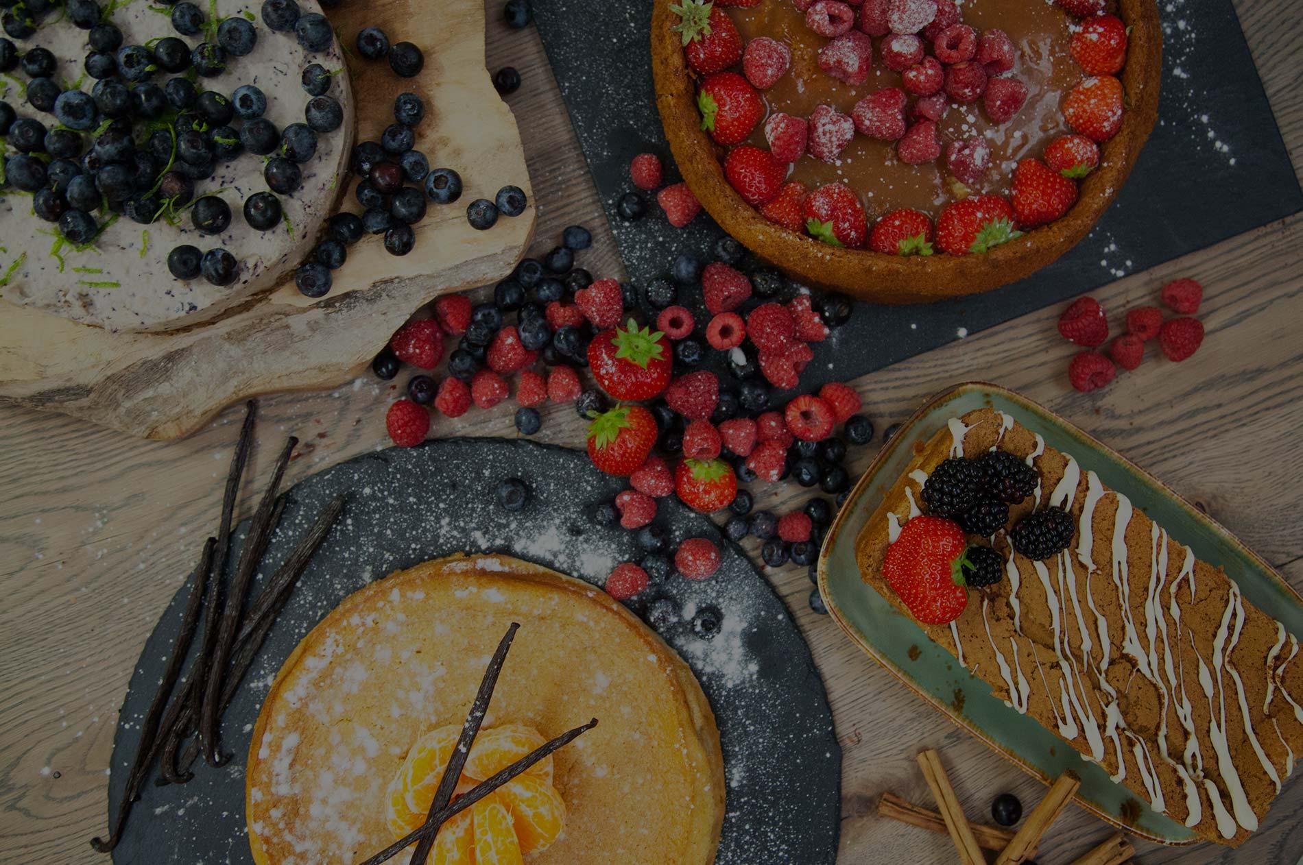 Feestelijke tafel met cake en fruit